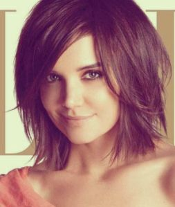 hairstyle-for-round-faces-short-bob-with-bangs.-side-swept-bangs-will-draw-attention-to-your-eyes-highlighting-them-and-drawing-attention-away-from-the-roundness-of-your-face.-sharpkatieholmes
